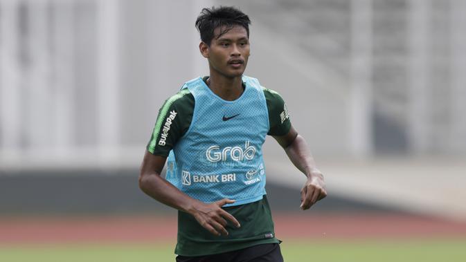 Pemain Timnas Indonesia U-22, Septian Bagaskara, meminta bola saat latihan di Stadion Madya, Jakarta, Selasa (15/1). Latihan ini merupakan persiapan jelang Piala AFF U-22. (Bola.com/Yoppy Renato)