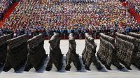 Ratusan tentara melakukan long march saat parade militer untuk memperingati 70 tahun berakhirnya Perang Dunia II di Beijing, China, Kamis (3/9/2015). (REUTERS/Damir Sagolj)