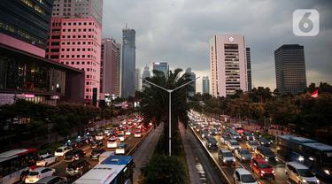 Kendaraan terjebak kemacetan di ruas jalan Jenderal Sudirman, Jakarta, Rabu (25/11/2020). Kemacetan jalanan Ibu Kota usai hujan mengguyur adalah pemandangan yang biasa. Namun di masa pembatasan sosial berskala besar (PSBB) transisi, pemandangan ini kembali muncul. (Liputan6.com/Faizal Fanani)
