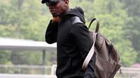 Gelandang timnas Prancis Paul Pogba tiba mengikuti latihan di pusat pelatihan, Clairefontaine-en-Yvelines, Paris , Prancis (23/5). Pemain MU ini tampil keren dengan mengenakan busana serba hitam. (AFP Photo/Franck Fife)
