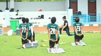 Para pemain Persikabo melakukan yoga sebelum menjalani latihan di Lapangan Pusat Misi Pemeliharaan Perdamaian, Hambalang, Kabupaten Bogor, Senin (25/1/2021). (Bola.com/Nandang Permana)