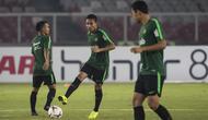 Pemain Timnas Indonesia, Evan Dimas, mengontrol bola saat latihan di SUGBK, Jakarta, Senin (12/11). Latihan ini persiapan jelang laga Piala AFF 2018 melawan Timor Leste. (Bola.com/Vitalis Yogi Trisna)