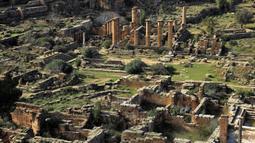 Pemandangan situs kota Yunani kuno Kirene di pinggiran kota Libya Shehhat, di sebelah timur kota pesisir Benghazi (13/12/2019). Kota ini dinamai menurut sebuah mata air, Kire yang disucikan oleh orang-orang Yunani bagi Apollo. (AFP/Abdullah Doma)