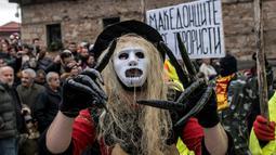 Peserta mengenakan kostum saat mengikuti karnaval di desa Vevcani, Macedonia (13/1). Karnaval Vevcani menandai dimulainya Tahun Baru sesuai dengan kalender Julian yang dianut oleh Gereja Orthodok Macedonia. (AFP Photo/Robert Atanasovski)