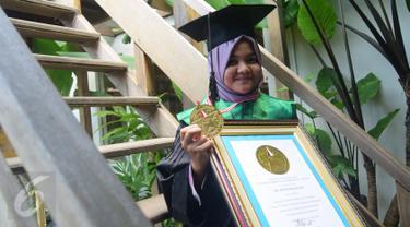 Rafidah Helmi (17 tahun 8 bulan) menyandang gelar dokter muda di Fakultas Kedokteran Unissula, Semarang, di Kampung Semarang, Kamis (21/4). Prestasi itu dicatat oleh Lembaga Prestasi Indonesia dengan memberikan penghargaan khusus pendidikan. (Gholib)