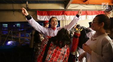 Aaliyah Massaid didampangi sang bunda Reza Artamevia bersiap melakukan pengibaran bendera di dalam air saat menjalani latihan menjadi Pasukan Pengibar Bendera (Paskibra) Jelang HUT ke-74 RI di Aquarium Utama Sea World, Ancol Taman Impian, Jakarta, Senin (12/8/2019). (Fimela.com/Bambang E. Ros)