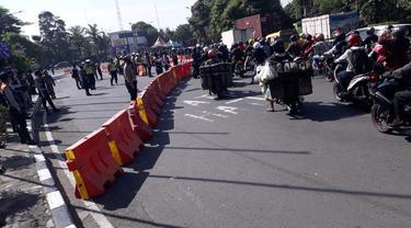 Bundaran Waru ditutup saat PPKM Darurat di Jatim. (Dian Kurniawan/Liputan6.com)