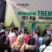 Grup vokal Ran memeriahkan acara penanaman pohon. (Ruswanto/Bintang.com)