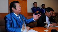Ketua Umum Forum Komunikasi Pendiri dan Deklarator Partai Demokrat Ventje Rumangkang (kiri) berbicara saat menggelar konferensi pers di Jakarta, Jumat (13/3/2015). (Liputan6.com/Faisal R Syam)