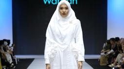 Dini Aminarti terlihat begitu anggun dengan busana putih yang dipakainya lengkap dengan hijab yang menambah kecantiaknnya. Dini tampil luar biasa memukau pada acara Muslim Fashion Festival 2019. (KapanLagi/Daniel Kampua)