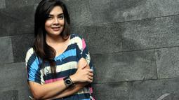 Istri Kin 'The Fly' ini, mengenakan kaos belang berwarna-warni saat di lokasi syuting di kawasan Cibubur, Jakarta, (18/7/14), (Liputan6.com/ Panji Diksana)