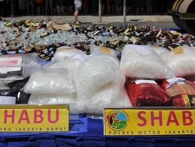 Sejumlah shabu saat pemusnahan barang bukti di Polsek Palmerah, Jakarta, Rabu (23/12). Barang bukti yang dimusnahkan yaitu 38,8 kg ganja, 19,9 kg shabu, 7.477 butir ekstasi, 519 psikotropika H-5 dan 5.400 botol miras. (Liputan6.com/Gempur M Surya)