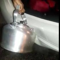 Air mendidih ternyata bisa digunakan untuk memperbaiki body mobil yang penyok.