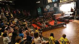 Sejumlah siswa siswi menyaksikan pagelaran wayang kulit di Jakarta Intercultural School (JIS) Elementary, Jakarta, Kamis (2/11). Pagelaran ini dibawakan oleh dalang Ki Purbo Asmoro dari ISI Solo. (Liputan6.com/Fery Pradolo)