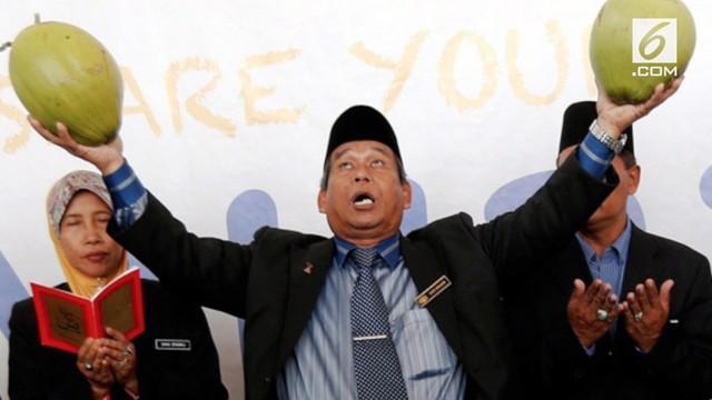 Raja Bomoh seorang dukun terkenal ingin ikut pemilihan umum di Malaysia.