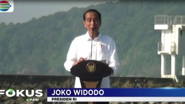 Di hadapan para nelayan, Presiden Joko Widodo meresmikan keramba jaring apung lepas pantai di pelabuhan pendaratan ikan-cikidang.