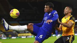Pemain Wolverhampton Wanderers, Fernando Marcal, berebut bola dengan bek Chelsea, Thiago Silva, pada laga Liga Inggris di Stadion Molineux, Rabu (16/12/2020). Chelsea tumbang dengan skor 2-1. (Michael Steele/Pool via AP)