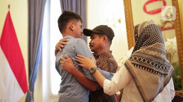 Muhammad Farhan, WNI yang disandera kelompok Abu Sayyaf bersama keluarga saat dipertemukan di Kantor Kemenlu, Jakarta, Kamis (23/1/2020). Farhan adalah satu dari tiga sandera, yang dua diantaranya termasuk bapak dari saudara Farhan sudah dapat dibebaskan terlebih dahulu. (Liputan6.com/Faizal Fanani)