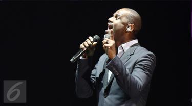 Penyanyi asal Amerika Serikat, Brian McKnight menyanyikan lagu andalannya pada konser The 90's Soul Ace di kawasan Kasablanka, Jakarta, Kamis (8/12). Brian mengajak penonton bernostalgia dengan sejumlah hits miliknya. (Liputan6.com/Herman Zakharia)
