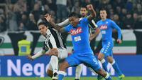 Hernanes (kiri) berebut bola dengan gelandang Napoli Marques Loureiro Allan. (GIUSEPPE CACACE / AFP)