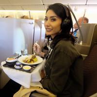 Tyas Mirasih terlihat tersenyum manis saat hendak menyantap hidangan di meja. (Foto: instagram.com/tyasmirasih)