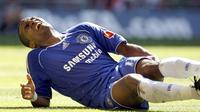 Chelsea's French player Florent Malouda clutches his left leg as he lies injured after scoring a goal against Manchester United during The FA Community Shield football match at Wembley Stadium in London, 05 August 2007. AFP PHOTO ADRIAN DENNIS