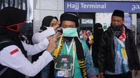Petugas Jemaah haji memberikan anjuran agar jemaah selalu memakai alat perlindungan diri. Foto: Darmawan/MCH