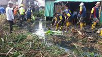 Wali Kota Palembang Harnojoyo melakukan gotong royong bersih Sungai Kubu Palembang yang sudah tertutup sampah dan lumpur (Liputan6.com/Nefri Inge)