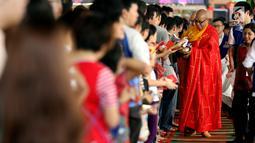Umat Buddha memberikan angpao saat merayakan Hari Raya Waisak 2562 BE/2018 di Wihara Ekayana Arama, Jakarta Barat, Selasa (29/5). Puja Bakti Massal Waisak 2562 BE diikuti oleh ribuan umat Buddha. (Liputan6.com/JohanTallo)