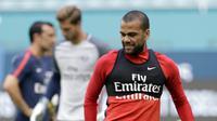 Bek baru Paris Saint-Germain, Dani Alves, mengikuti sesi latihan di Miami, Selasa (25/7/2017). Paris Saint-Germain akan menghadapi Juventus pada laga turnamen pramusim bertajuk International Champions Cup 2017 di AS. (AP/Lynne Sladky)