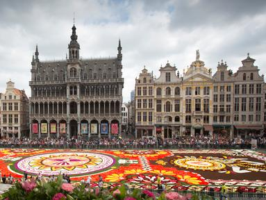 Penampakan Karpet Bunga Brussels di Grand Place, Brussels, Belgia, Kamis (16/8). Lebih dari 500 ribu bunga digunakan untuk menciptakan karya tersebut. (AP Photo/Virginia Mayo)