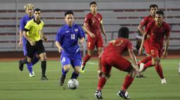 Striker Thailand, Supachok Sarachat, menggiring bola saat melawan Timnas Indonesia pada laga SEA Games 2019 di Stadion Rizal Memorial, Manila, Selasa (26/11). Indonesia menang 2-0 atas Thailand. (Bola.com/M Iqbal Ichsan)