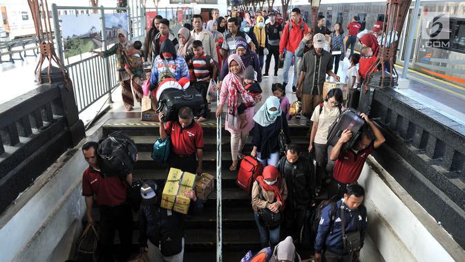 Penumpang kereta api Sawunggalih menuruni tangga setibanya di Stasiun Pasar Senen, Jakarta, Minggu (6/1/2019). Memasuki akhir libur sekolah, PT KAI juga menambah sebanyak 7 rangkaian kereta untuk mengatasi lonjakan penumpang (Merdeka.com/Iqbal S. Nugroho)