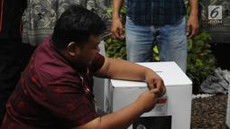 panitia membuka gembok kotak suara saat proses rekapitulasi penghitungan suara Pemilu 2019 tingkat Kota Jakarta Selatan di Hotel Maharaja, Jakarta, Selasa (7/5/2019). Proses penghitungan suara dilakukan pada tanggal 5-7 Mei 2019. (Liputan6.com/Herman Zakharia)