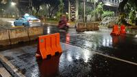Kondisi di ruas Jalan Medan Merdeka Barat, Jakarta Pusat yang tadinya ditutup dan telah dibuka kembali, Selasa (20/10/2020) malam. (Liputan6.com/Ady Anugrahadi)
