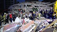 Tim penyelamat bekerja di lokasi bangunan yang runtuh pascagempa bumi di Provinsi Izmir, Turki (30/10/2020). Sedikitnya 12 orang tewas dan 438 lainnya terluka akibat gempa kuat yang mengguncang Provinsi Izmir, Turki barat, dikatakan Presiden Turki Recep Tayyip Erdogan. (Xinhua/Aydin Cetinkaya)