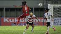 Pemain PSM Makassar, Erwin Gutawa (kiri) berebut bola dengan pemain Madura United, Rafael Feital Da Silva (tengah) saat laga BRI Liga 1 2021/2022 antara Madura United melawan PSM Makassar di Stadion Madya, Jakarta, Minggu (12/9/2021). Pertandingan berakhir imbang 1-1. (Foto: Bola.com/Ikhwan Yanuar)