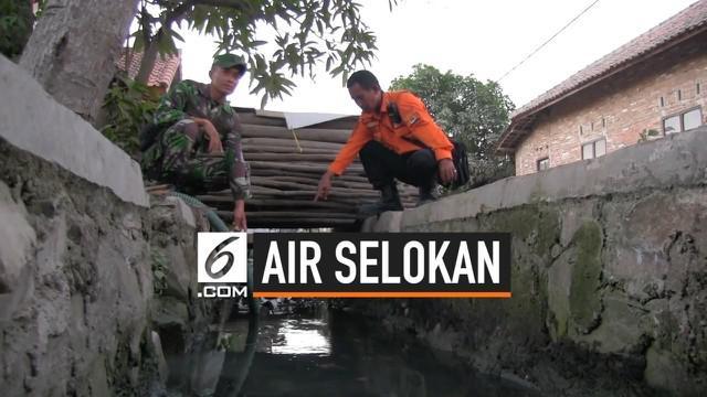 Akibat kemarau panjang warga desa Slangit, Cirebon terpaksa menggunakan air selokan. Sudah satu bulan dengan berbekal mesin pompa warga secara bergantian mengambil air selokan yang berada di lingkungan kampung mereka untuk kebutuhan mandi dan mencuci...