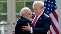 Perdana Menteri India Narendra Modi berpelukan dengan Presiden Donald Trump usai berpidato di Gedung Putih, Washington (26/6). Pertemuan itu membahas kemitraan strategis yang semakin erat antara AS dan India. (AP Photo/Susan Walsh)
