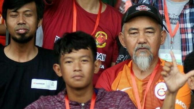 Legenda PSM Makassar, Syamsuddin Umar (kanan), tetap memberikan perhatian kepada tim Juku Eja. (Bola.com/Abdi Satria)