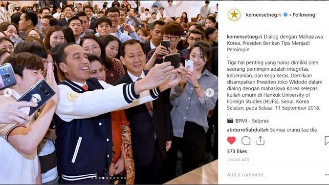 Presiden Joko Widodo berfoto selfie dengan mahasiswa Korea Selatan usai menghadiri kuliah umum di Hankuk University (Foto: Instagram @kemensetneg.ri)#source%3Dgooglier%2Ecom#https%3A%2F%2Fgooglier%2Ecom%2Fpage%2F%2F10000