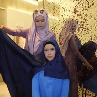 Hijab square warna biru. (Vidio.com/Liputan6.com)