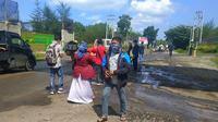 Sebanyak 1500 masker dibagikan kepada pengendara dan warga di jalan Meulaboh - Tapak Tuan, Minggu (29/9/2019), namun tujuannya bukan meminimalisir dampak kabut asap, tetapi debu batu bara (Liputan6.com/Rino Abonita)