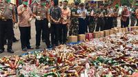 Ribuan botol miras dari berbagai merek dimusnahkan di halaman Mapolda Jambi. (Dok. Polda Jambi/B Santoso)