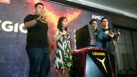 Lenovo Legion YZ20 Tower, Helmy Susanto (Consumer Lead Lenovo Indonesia, kiri, berjaket biru), dan Armawati Chen dari AMD (kanan). Liputan6.com/ Tommy Kurnia