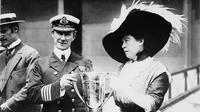 Margaret Brown memberi penghargaan kepada Kapten Kapal Carpathia atas jasanya dalam menyelamatkan penumpang Titanic (Public Domain)
