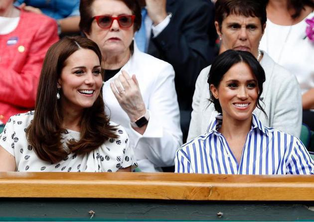 Duo princess dari istana Kensington tentu saja hadir di Wimbledon 2018. Kate Middleton dan Meghan Markle kompak mengenakan busan acasual di cuaca London yang amat terik itu./Copyright instagram.com/kensingtonroyal