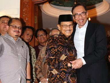 Presiden ke-3 RI Bacharuddin Jusuf Habibie berpelukan dengan mantan Wakil PM Malaysia Anwar Ibrahim di kediamannya di Jalan Patra Kuningan XIII, Jakarta Selatan, Minggu (20/5). Anwar tiba pukul 13.05 WIB di kediaman Habibie. (Liputan6.com/Angga Yuniar)