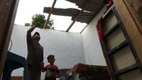 Atap rumah warga Desa Junjung, Tulungagung, Jawa Timur, rusak dilanda puting beliung