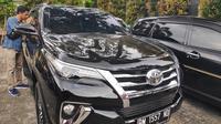 Mobil pejabat di Riau yang disita Polda Jawa Timur di Pekanbaru karena diduga hasil investasi MeMiles. (Liputan6.com/M Syukur)